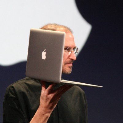 Стів Джобс з MacBook Air