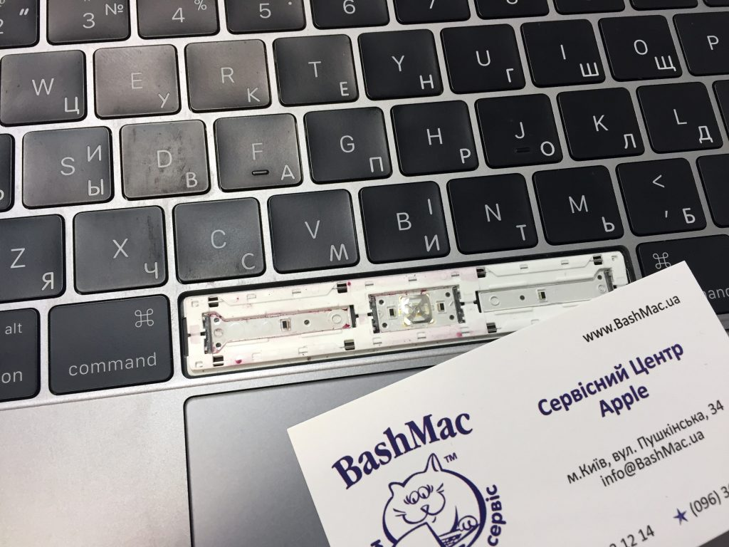 Чистка клавиш и кнопок нового MacBook