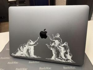 пример гравировки на MacBook